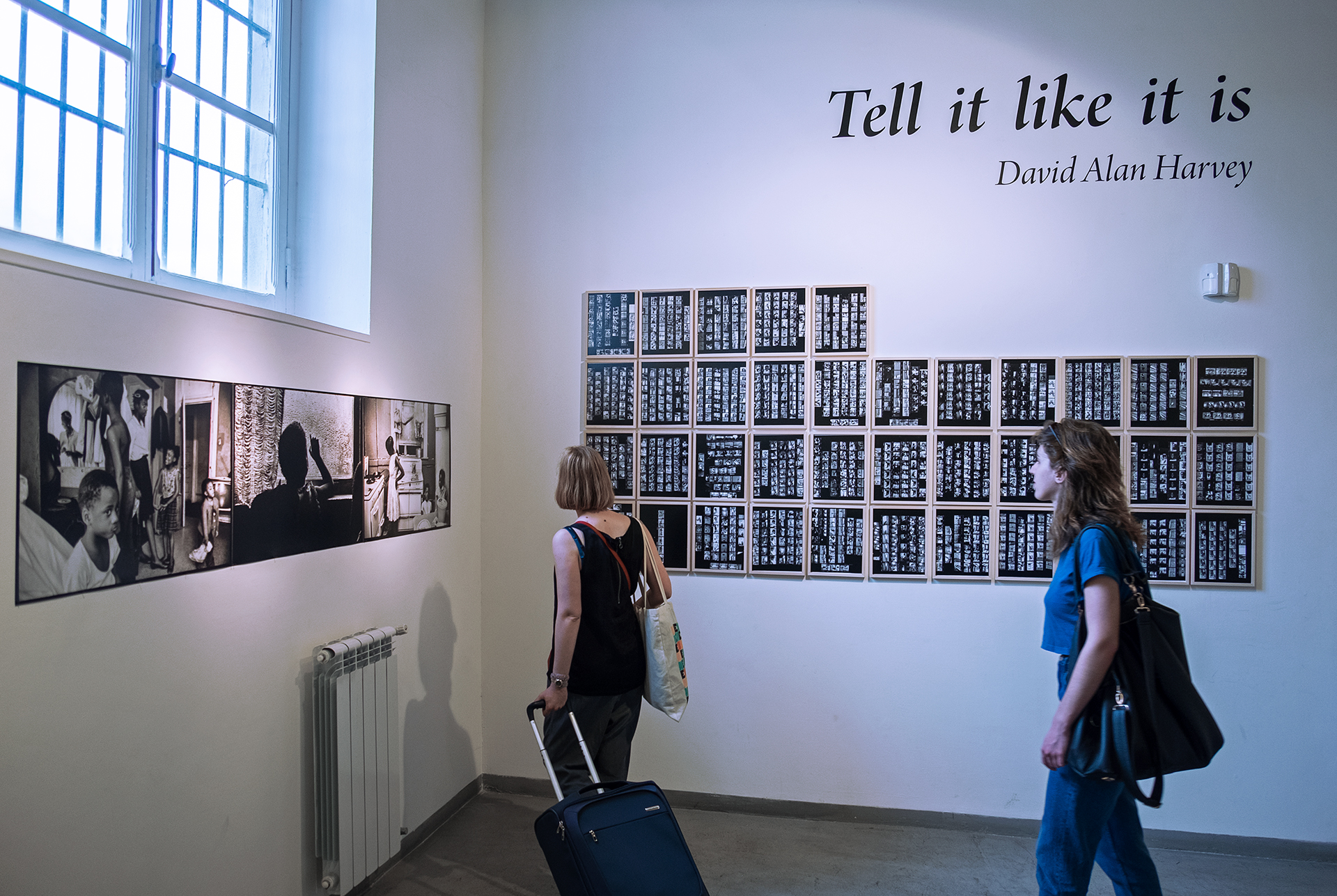 Durante la visita alla mostra Tell it like it is di David Alan Harvey negli spazi di Officine Fotografiche Roma. © FPmag.
