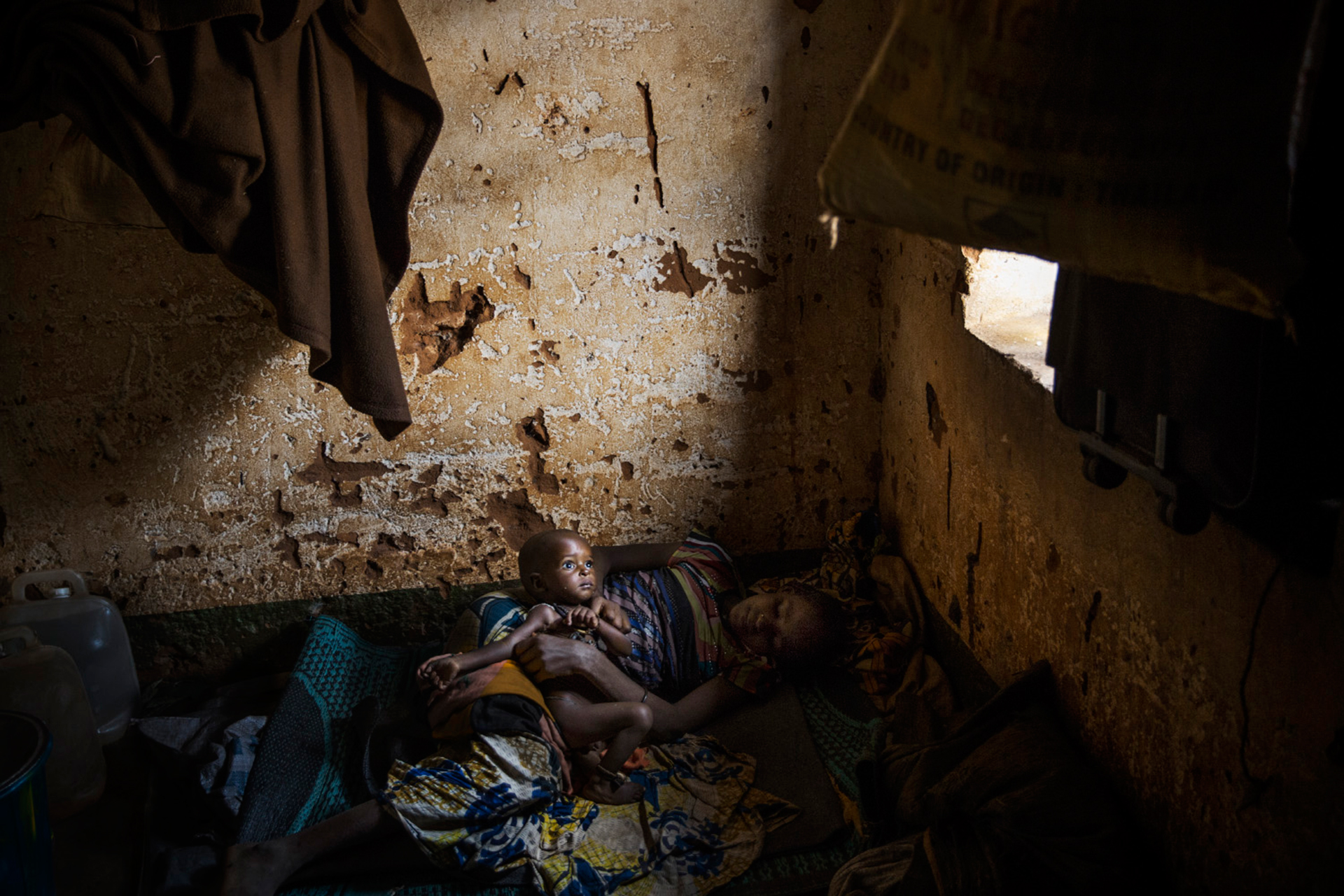 A child suffering from malnutrition with its mother in Yaloke, where around 500 Fulani -a Muslim tribe- live after being attacked by Anti-Balaka militiamen. © William Daniels/Panos Pictures.