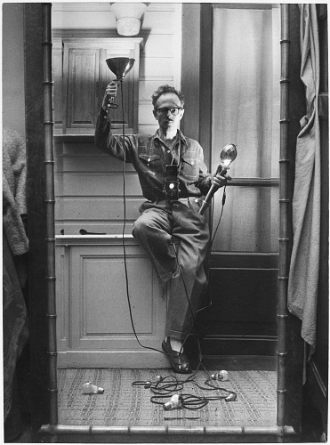 Willy Ronis, Autoportrait aux flashes, Paris, 1951. Willy Ronis, Ministère de la Culture / Médiathèque de l'architecture et du patrimoine / Dist RMN-GP © Donation Willy Ronis
