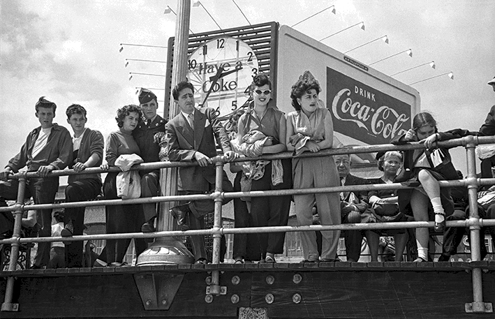 Coke Sign on the Boardwalk, 1949 © Harold Feinstein Courtesy Galerie Thierry Bigaignon.