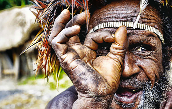 Magda Zelewska, Un uomo Dani del Papua Occidentale. © Magda Zelewska. L'immagine compare sul calendario 2017 di Survival International, mese di maggio