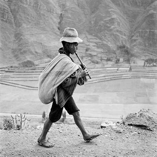 Werner Bischof, On the road to Cuzco, near Pisac, in the Valle Sagrado of the Urubamba river, Perù, May 1954. © Werner Bischof/Magnum Photos