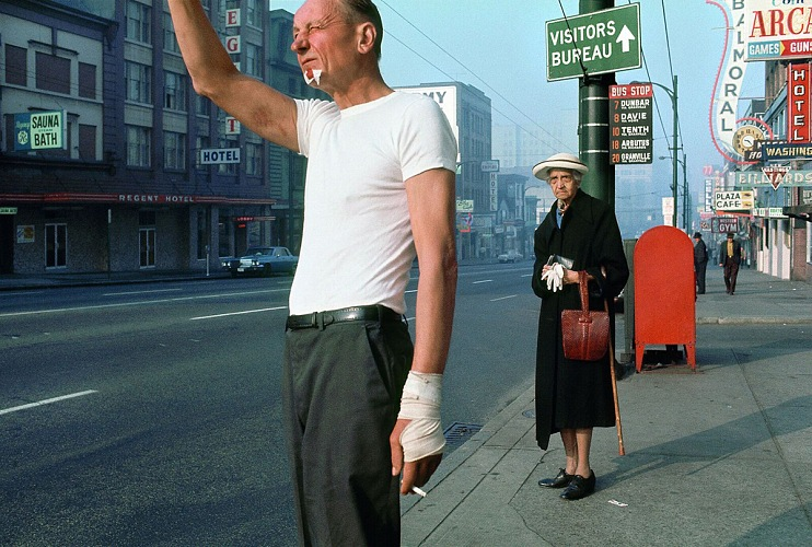 Fred Herzog, Uomo con benda, Vancouver, 1968. © Fred Herzog, 2016. Courtesy of Equinox Gallery