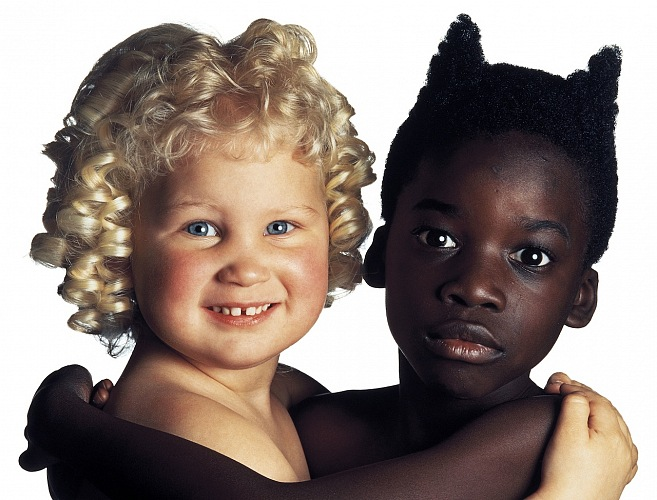 Oliviero Toscani, Angelo e Diavolo, United Colors of Benetton, 1992 dalla mostra Oliviero Toscani. Immaginare. © Studio Toscani.