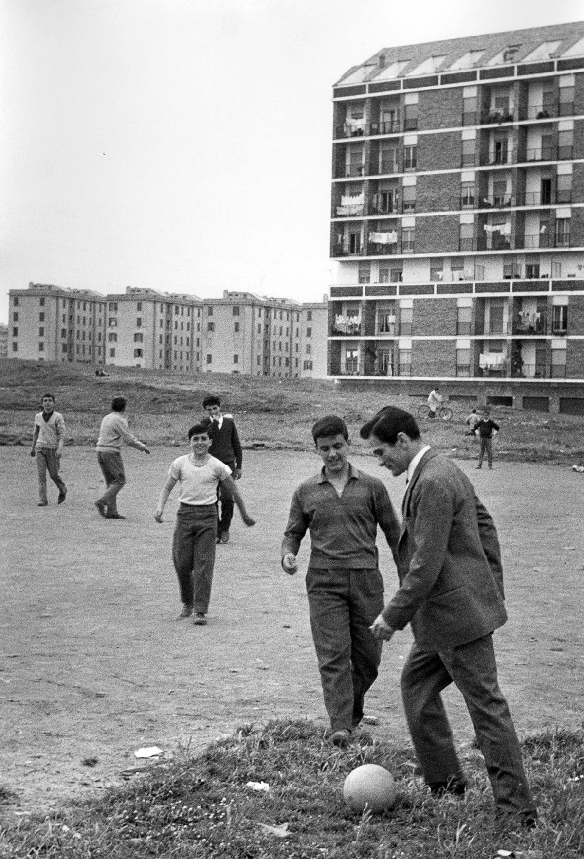 Pier Paolo Pasolini a Centocelle nella periferia di Roma, 1960, dal volume La storia d'Italia in 100 foto. © Luigi Leoni.