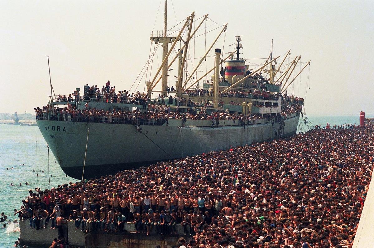 Luca Turi, Ventimila albanesi sbarcano dalla nave Vlora, proveniente da Durazzo (Albania), Bari, 8 agosto 1991, dal volume La storia d'Italia in 100 foto. © Luca Turi/ANSA.