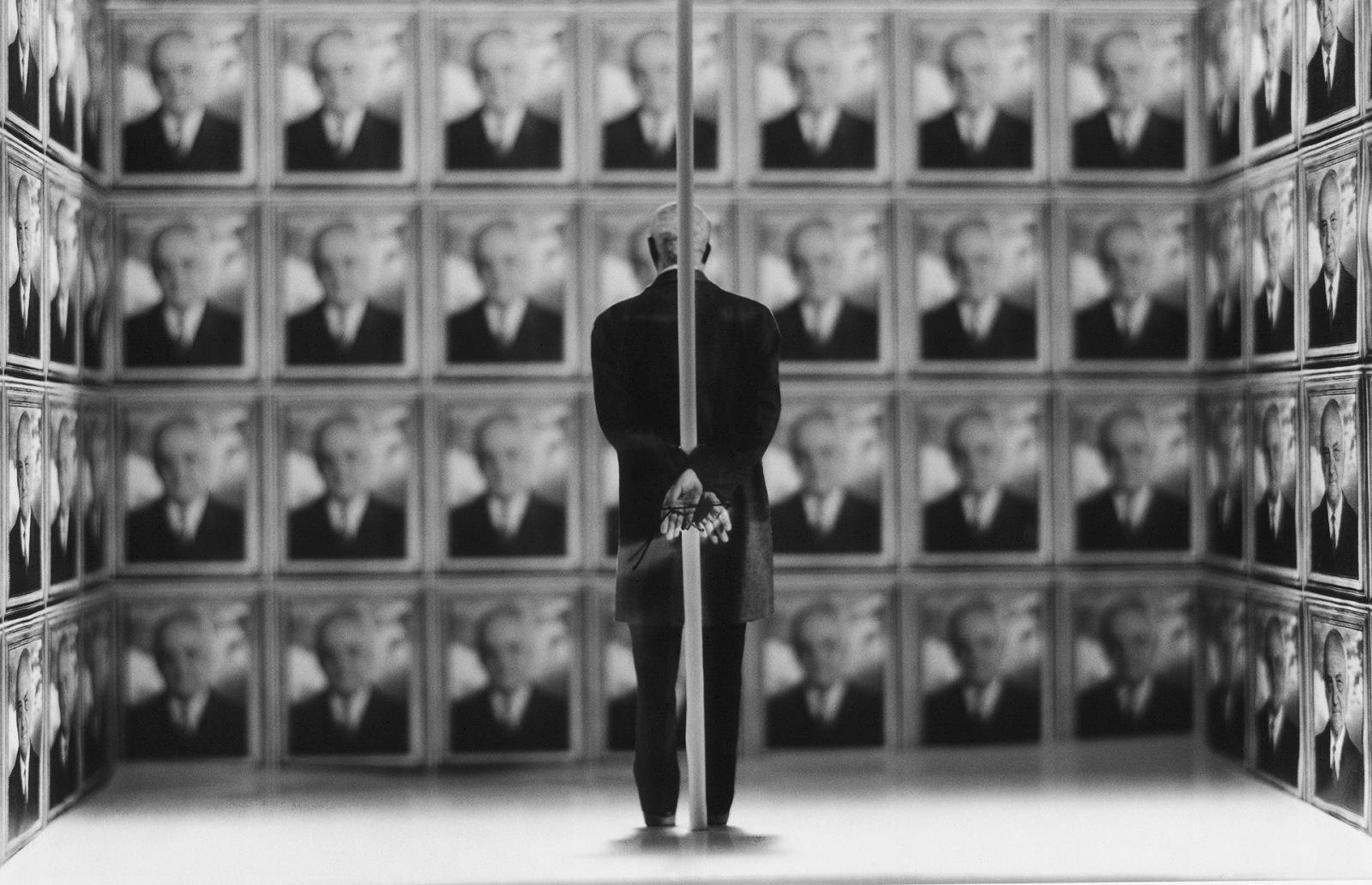 Gilbert Garcin, Narcisse supplicie. © Gilbert Garcin.