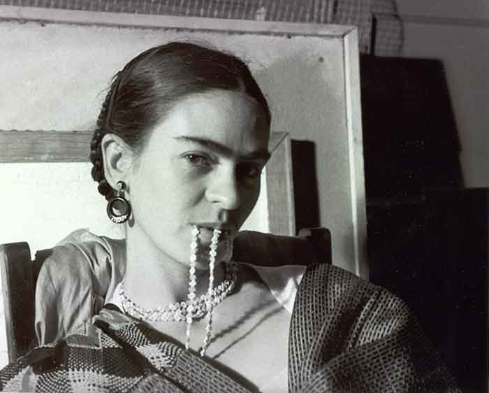Lucienne Bloch, Frida biting her necklace, New Workers School, NYC, 1933. © Lucienne Bloch