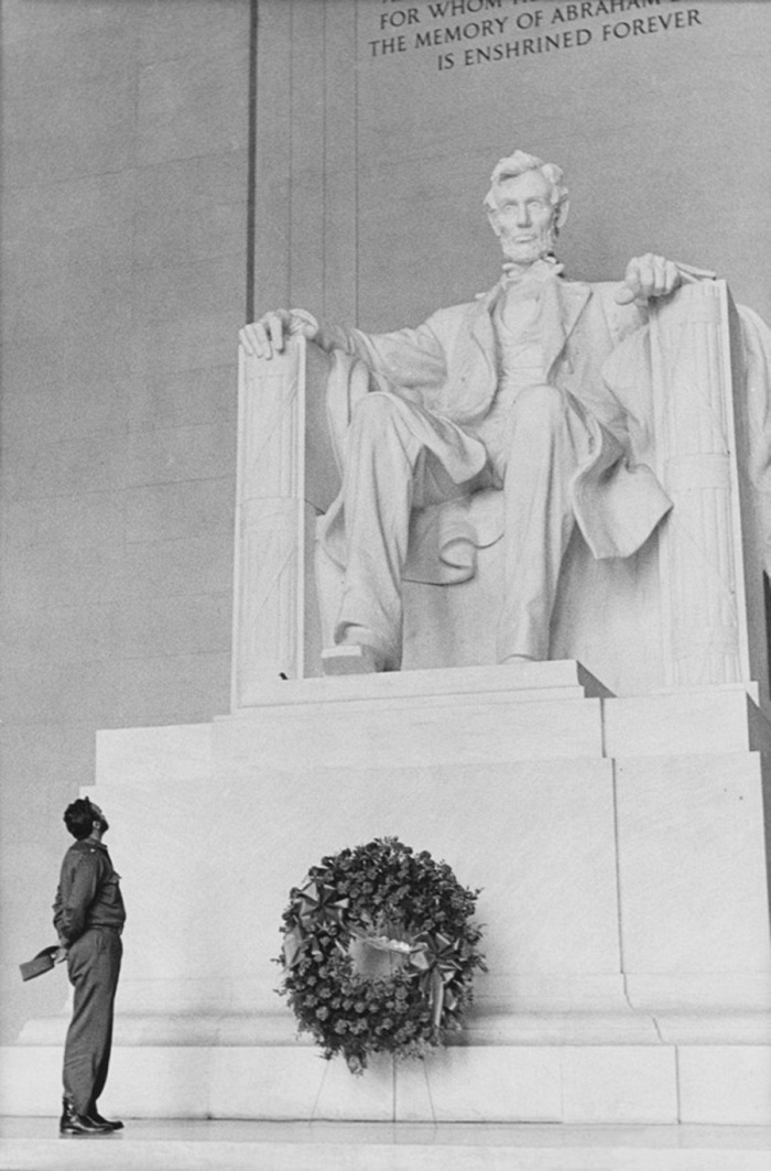 Alberto Korda, Davide e Golia, Lincoln Memorial, Washington, aprile 1959. © Alberto Korda