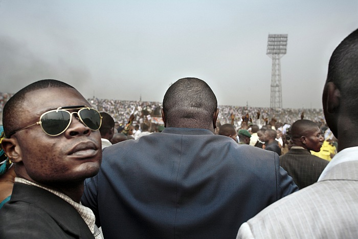 Guy Tillim, Jean-Pierre Bemba surrounded by his body guards walks into an election rally in central Kinshasa, 2006. Dalla serie Congo Democratic. Stampa inkjet ai pigmenti su carta cotone, 49,5x72cm. © Guy Tillim,