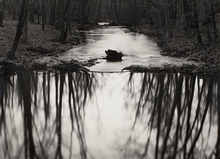 Paul Capogiro, Reflecting Stream, Redding, CT, 1969. Stampa alla gelatina d'argento, 31x43cm. © Paul Caponigro