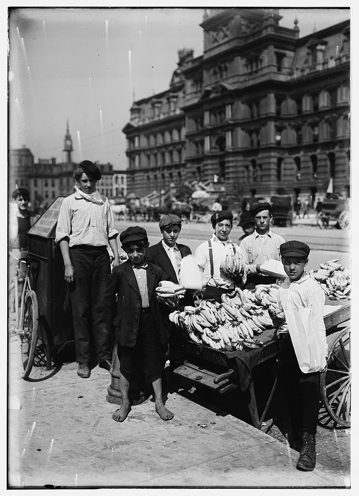 Lewis Wiches Hine, Indianapolis fruit venders, Italian boys, Indianapolis, Indiana, August 1908. Stampa fotografica. National Child Labor Committee Collection, Prints & Photographs Division, The Library of Congress, Washington, DC