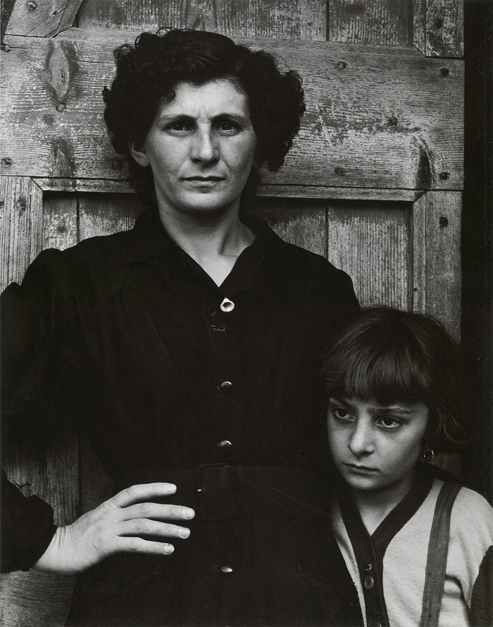Paul Strand, The Post mistress, Luzzara Paul Strand Cesare Zavattini Un paese Einaudi editore, 1955, pag. 97. Colecciones FUNDACIÓN MAPFRE. © Fernando Maquieira, 2017 - © Aperture Foundation Inc., Paul Strand Archive