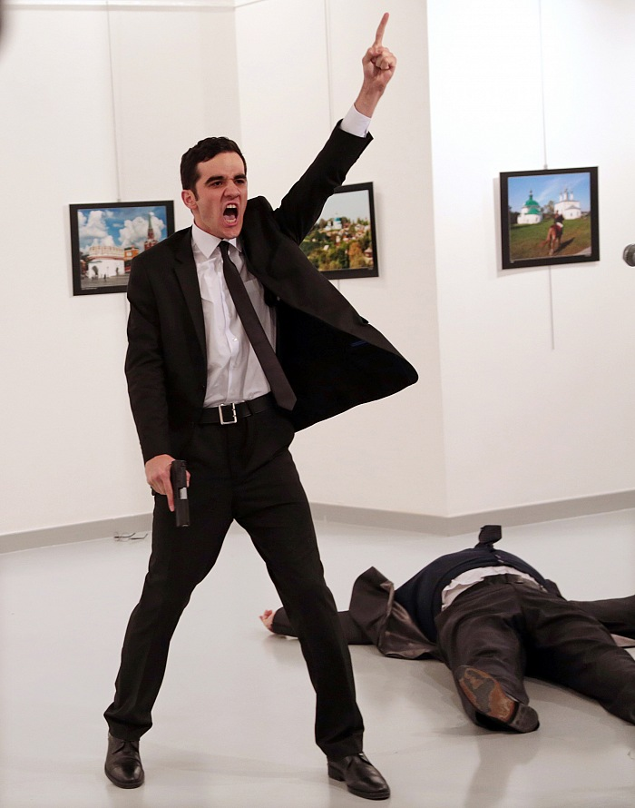 Burhan Özbilici, The Associated Press, Un assassinio in Turchia, Premio World Press - Foto dell'anno 2016. Courtesy Galleria Carla Sozzani, Milano