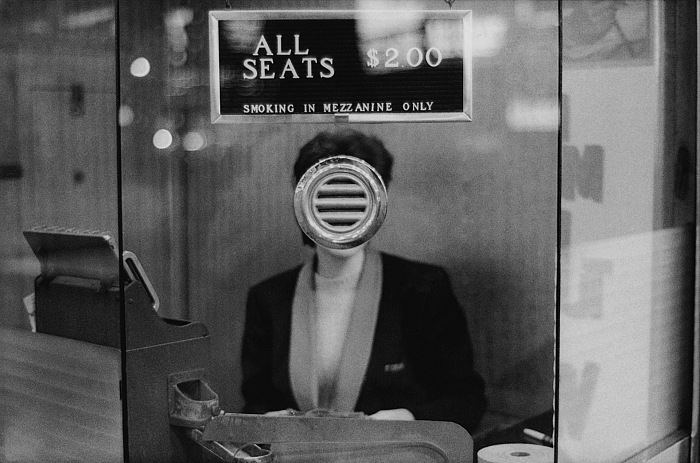 Joel Meyerowitz, Guichet de salle de cinéma (Biglietteria di cinema), Times Square, New York City, 1963. Courtesy of the artist and Howard Greenberg Gallery. © Rencontres Arles.