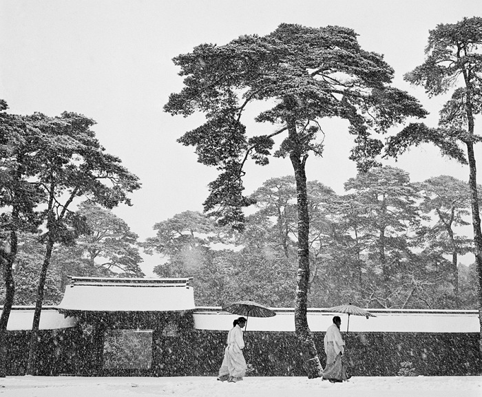 Werner Bischof, Courtyard of the Meiji shrine, Tokyo, Japan, 1951. © Werner Bischof/Magnum Photos