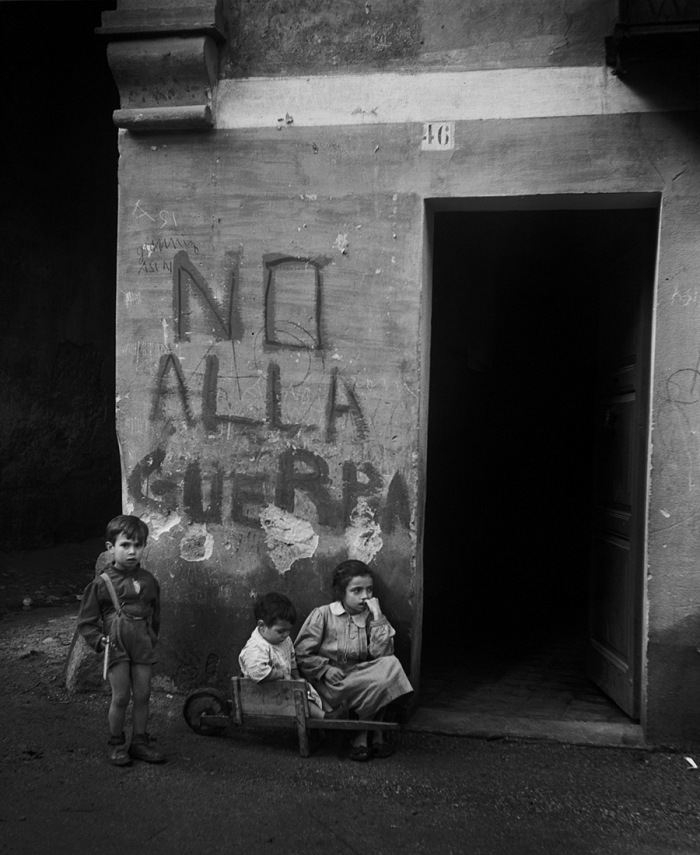 Werner Bischof, Writing on the wall: No alla guerra (No to war). Italy was heavily affected by the Second World War: cities and infrastructure were largely reduced to rubble, and large portions of the population suffered from hunger and the loss of their homes, Genua, Itlay, 1946. © Werner Bischof/Magnum Photos