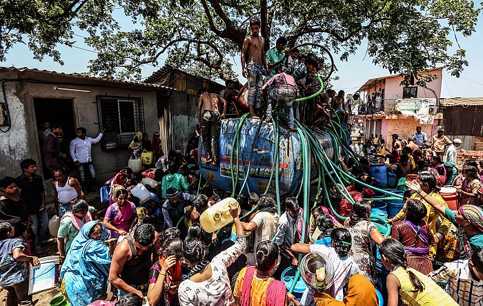 Divyakant Solanki, People collects water from a water tanker, Bhiwandi. Con questa immagine l'autore si è aggiudicato il primo posto al World Water Day 22 Marzo 2017 Photo Contest. © Divyakant Solanki