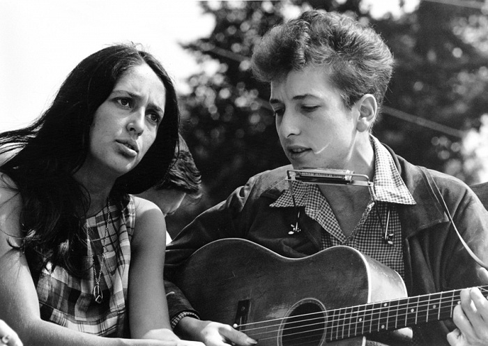 Rowland Scherman, Joan Baez e Bob Dylan, giovanissimi, alla Marcia per i Diritti Civili nella capitale degli Stati Uniti. Washington, D.C., USA, 28 agosto 1963. © Rowland Scherman. Courtesy U.S. Information Agency - Press and Publications Service / NARA - National Archives and Records Administration