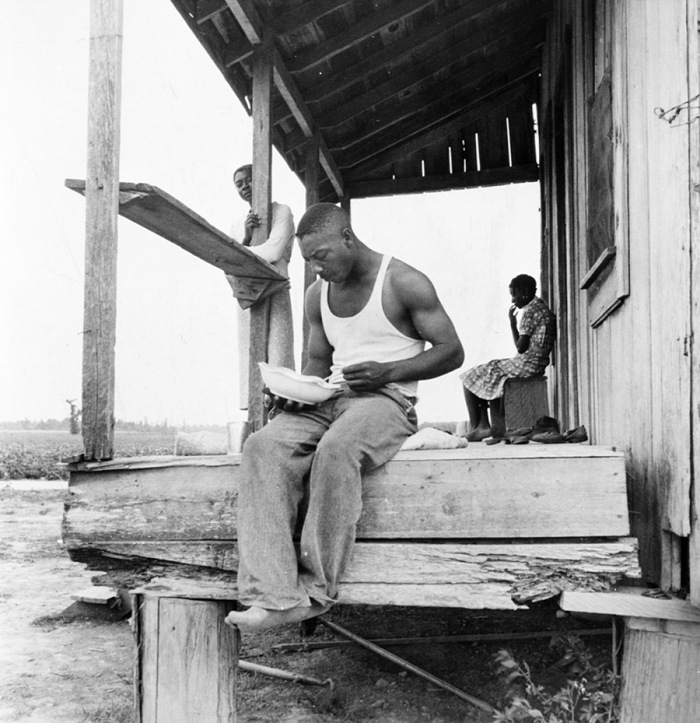 Dorothea Lange, Mezzadro mangia nel portico. Clarksdale County, Mississippi, U.S.A., giugno-luglio 1937. © Dorothea Lange. Courtesy Farm Security Administration/Office of War Information Photograph Collection/The Library of Congress