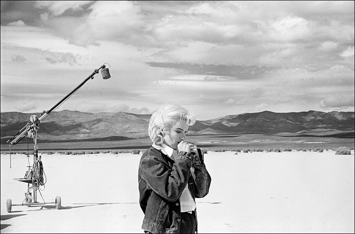 Eve Arnold, US actress Marilyn Monroe on the Nevada desert going over her lines for a difficult scene she is about to play with Clarke Gable in the film The Misfits by John Huston, Nevada, USA, 1960. © Eve Arnold/Magnum Photos