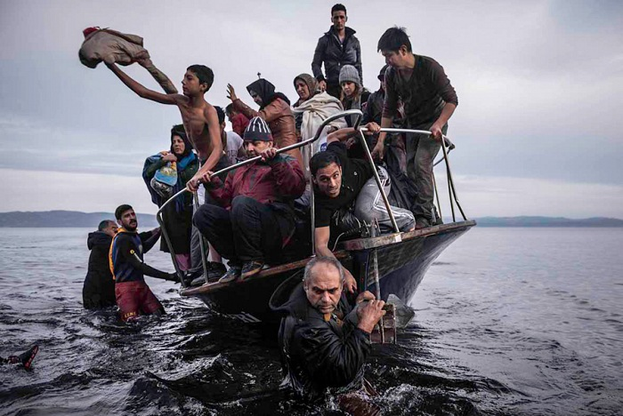 Sergey Ponomarev, Migrants arrive by a Turkish boat near the village of Skala, on the Greek island of Lesbos. Monday 16 November 2015. From the series: Europe Migration Crisis, 2015. © Sergey Ponomarev, Prix Pictet 2017