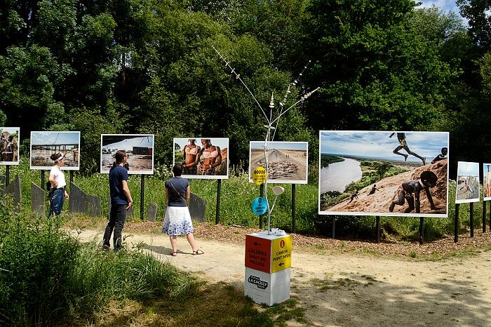 Durante la visita alla mostra La fin d'un monde di Fausto Podavini in esposizione allo Chemin des libellules nell'ambito di Festival Photo La Gacilly 2018. © FPmag.