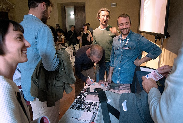 Michele Borzoni firma una copia di Memorandum al termine del talk di Terra Project nell'ambito di Cortona On The Move 2016. © Stefania Biamonti/FPmag.