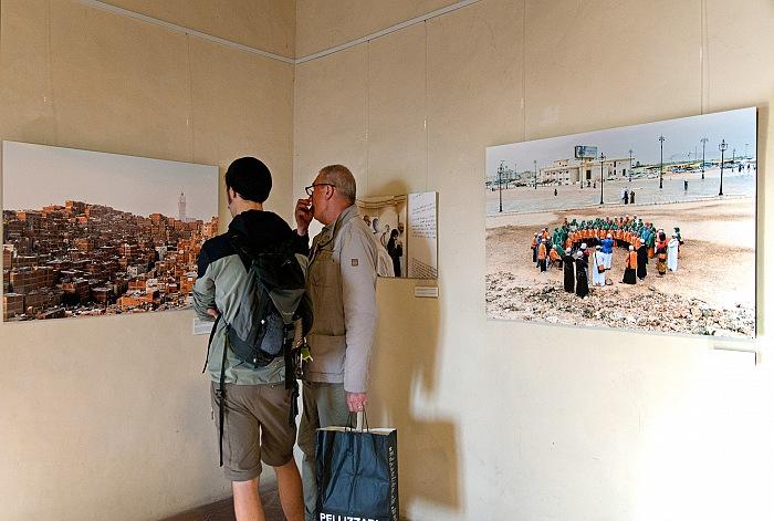 Durante la visita alla mostra Mega Mecca di Luca Locatelli. © Stefania Biamonti/FPmag.