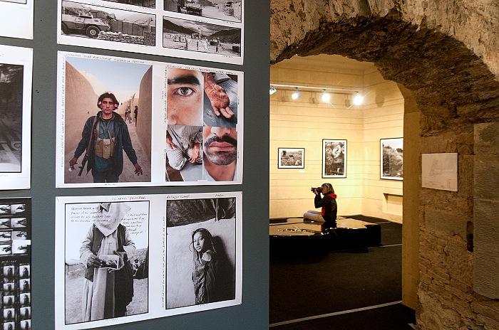 Durante la visita alla mostra The Larry Towell Show di Larry Towell. © Stefania Biamonti/FPmag.