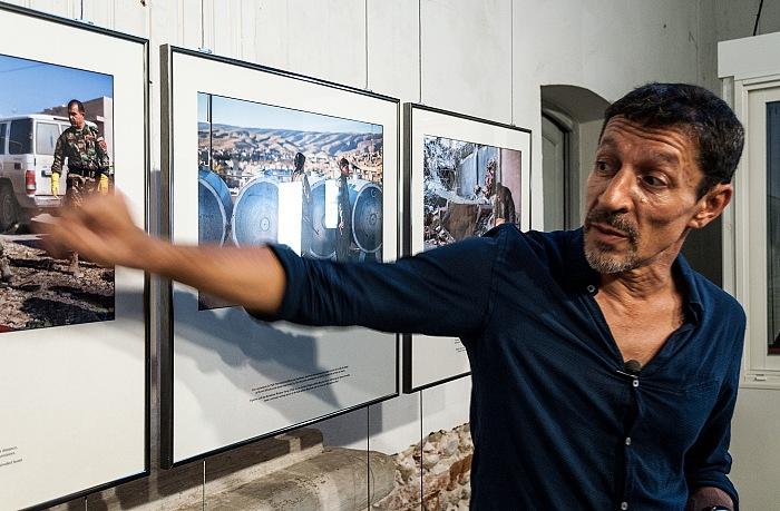 Frédéric Lafargue durante la visista alla sua mostra Échapper à Daech. © FPmag.