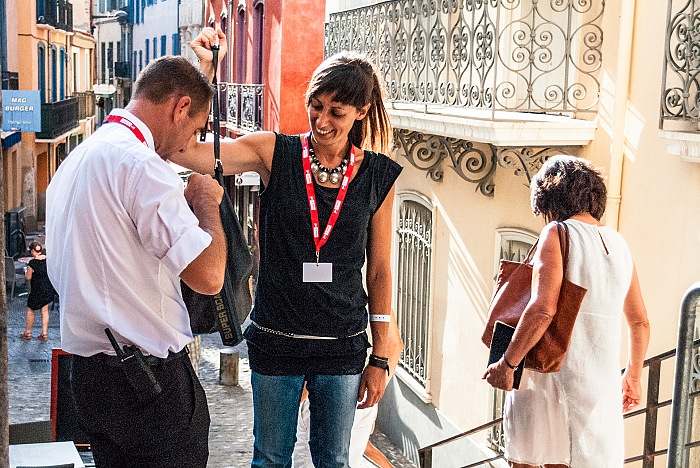 Perpignan, Visa pour l'Image 2016, Stefania Biamonti, caporedattore di FPmag, sottoposta ai controlli all'ingresso Chapelle du Tiers Ordre de saint Dominique. © FPmag.