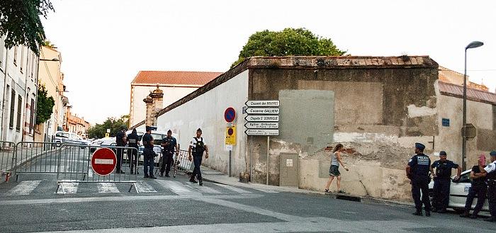 Perpignan, Visa pour l'Image 2016, blocco stradale all'angolo di rue François Rabelais, dove ha sede il Couvent des Minimes, sede della maggior parte delle mostre di Visa pour l'Image. © FPmag.