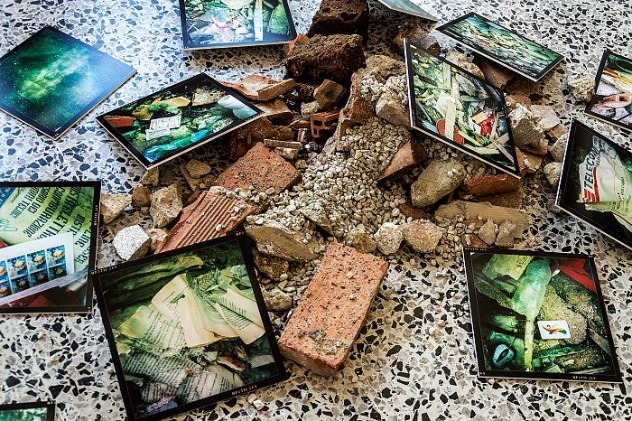 Un dettaglio dell'allestimento alla mostra La vita delle macerie - L'Aquila, 10 giugno 2012 di Bruno Panieri. © FPmag