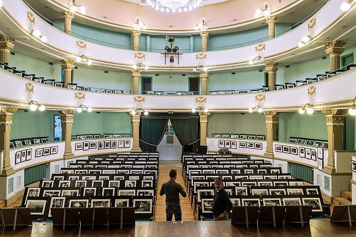 L'allestimento della mostra Project 192 nel Teatro sociale di Novafeltria nell'ambito di Semplicemente fotografare live 2016. © FPmag.