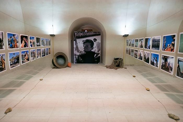 L'allestimento della Sala I che ospita la mostra 'ntinnammari di Nuccio Zicari, nell'ambito di Radici nel Mare, tradizioni e identità marinare del territorio. © Nuccio Zicari.