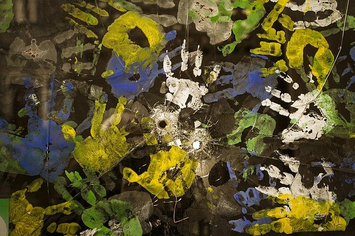 Riace, Italia 2014. Fori di proiettile esplosi della Ndrangheta come avvertimento contro la taverna popolare Donna Rosa, gestita dall'associazione Città Futura. © Gianfranco Ferraro.