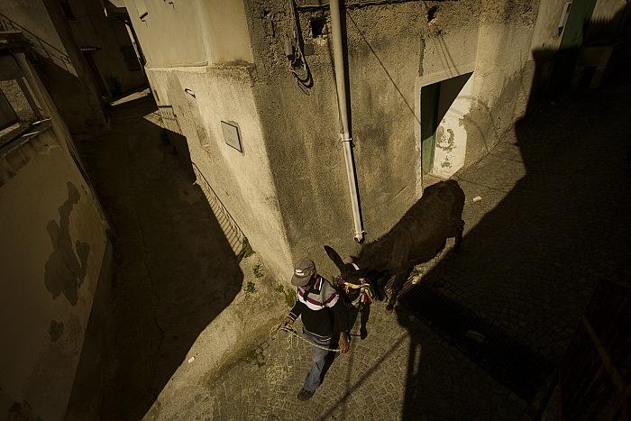Riace, Italia 2014 Il rientro di Biase con l'asino dopo aver effettuato la raccolta differenziata per il paese. © Gianfranco Ferraro.