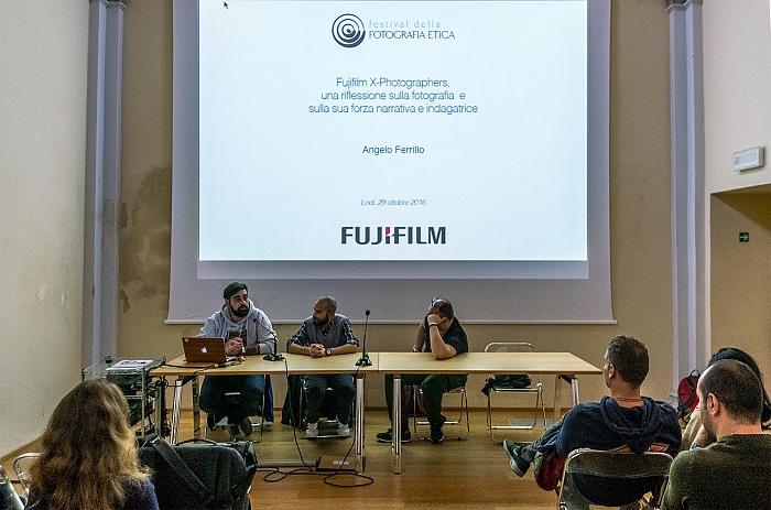 Angelo Ferrillo durante il suo intervento all'incontro Fujifilm X-Photographers, una riflessione sulla fotografia e sulla sua forza narrativa e indagatrice nell'ambito del Festival della Fotografia Etica 2016. © FPmag.