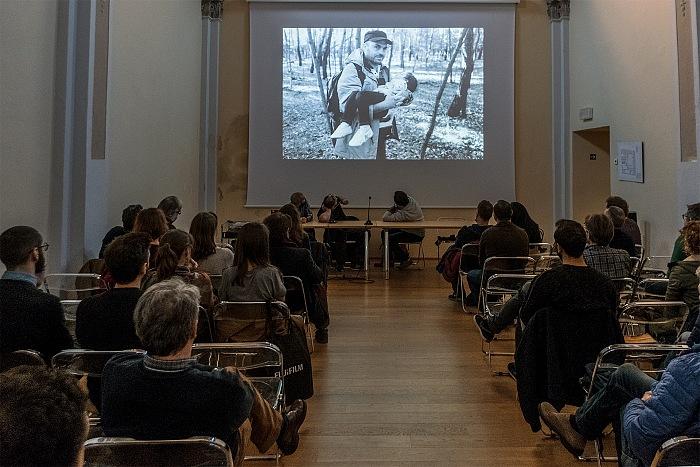 Un momento della proiezione dei lavori di Maurizio Faraboni durante l'incontro Fujifilm X-Photographers, una riflessione sulla fotografia e sulla sua forza narrativa e indagatrice nell'ambito del Festival della Fotografia Etica 2016. © FPmag.
