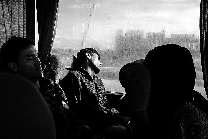 Due ragazzi afgani in viaggio in pullman tra la Macedonia e la Serbia</em>. Dal reportage In viaggio con i migranti. © Maurizio Faraboni.