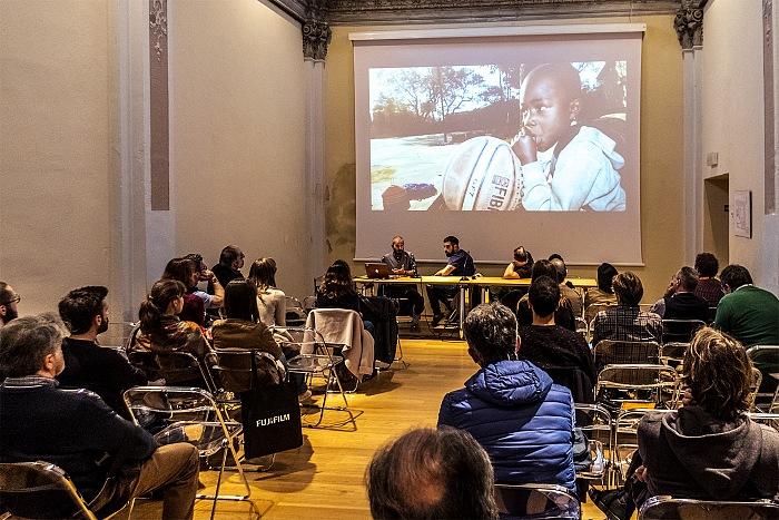 Un momento della proiezione dei lavori di Simone Raso durante l'incontro Fujifilm X-Photographers, una riflessione sulla fotografia e sulla sua forza narrativa e indagatrice, organizzato nell'ambito del Festival della Fotografia Etica 2016. © FPmag