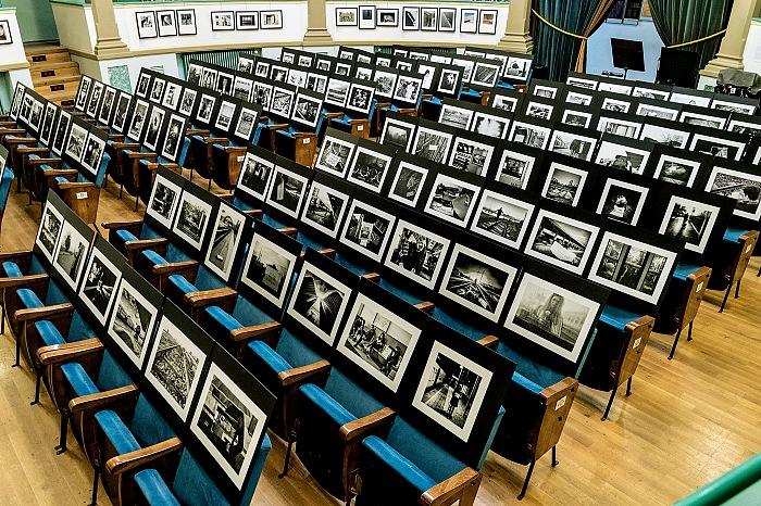 L'allestimento della mostra Project 192: 192 fotografi per le 192 vittime di Madrid nel Teatro Sociale di Novafeltria in occasione di Semplicementefotoghafre live 2016. © FPmag.