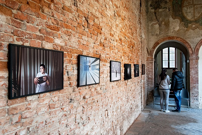 Durante la visita alla mostra Monia di Giovanni Cocco, allestita presso il Giardino segreto di Casa Romei a Ferrara. © Stefania Biamonti/FPmag