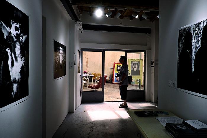 Un momento della visita presso A space for Photography. © Salvo Veneziano/FPmag.