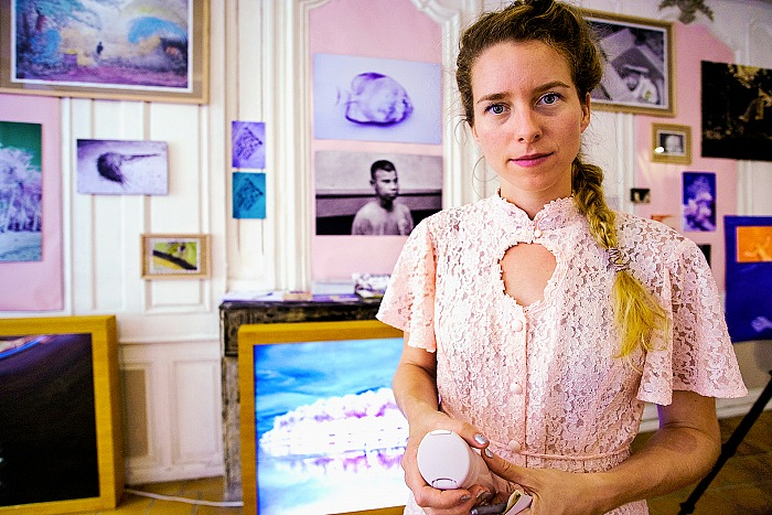 Sanne De Wilde during the visit to the exhibition The Island of the Colorblind. © Salvo Veneziano/FPmag.