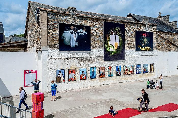 L'allestimento della mostra Jeux de miroir en studio di Omar Victor Diop presso Garage a La Gacilly in occasione di Festival Photo La Gacilly 2017. © Stefania Biamonti/FPmag.