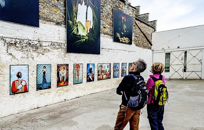 Un momento della visita alla mostra Jeux de miroir en studio di Omar Victor Diop presso Garage a La Gacilly in occasione di Festival Photo La Gacilly 2017. © FPmag.