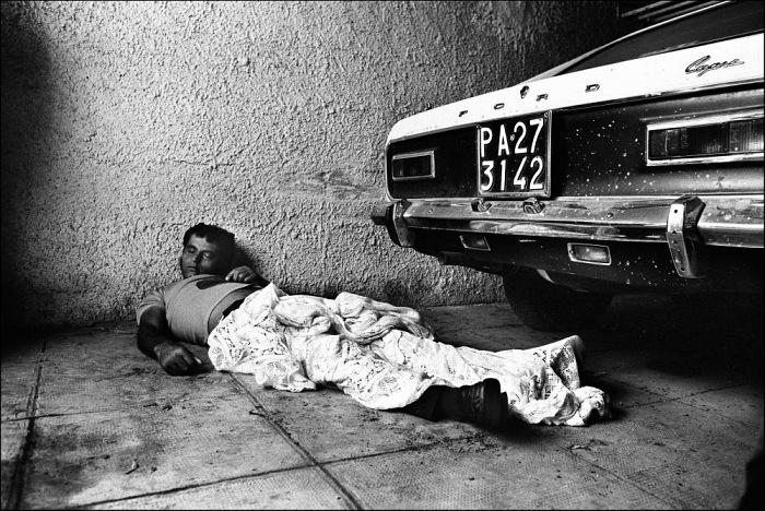 Letizia Battaglia, Omicidio targato Palermo, 1974. © Letizia Battaglia.