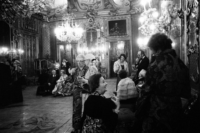 Letizia Battaglia, Ricevimento per la nobiltà a Palazzo Ganci, Palermo, 1976. © Letizia Battaglia.